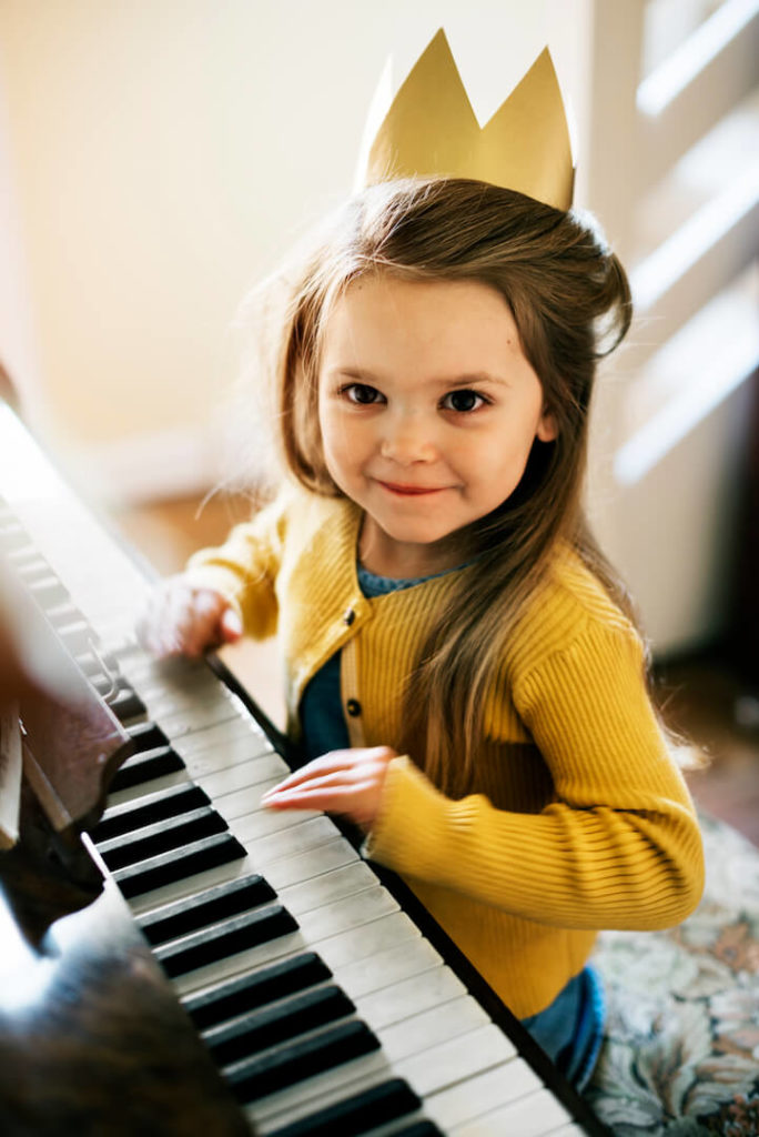Lille pige spiller easy piano noder på sit klaver