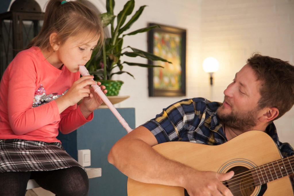 Datter spiller blofløjte med sin far