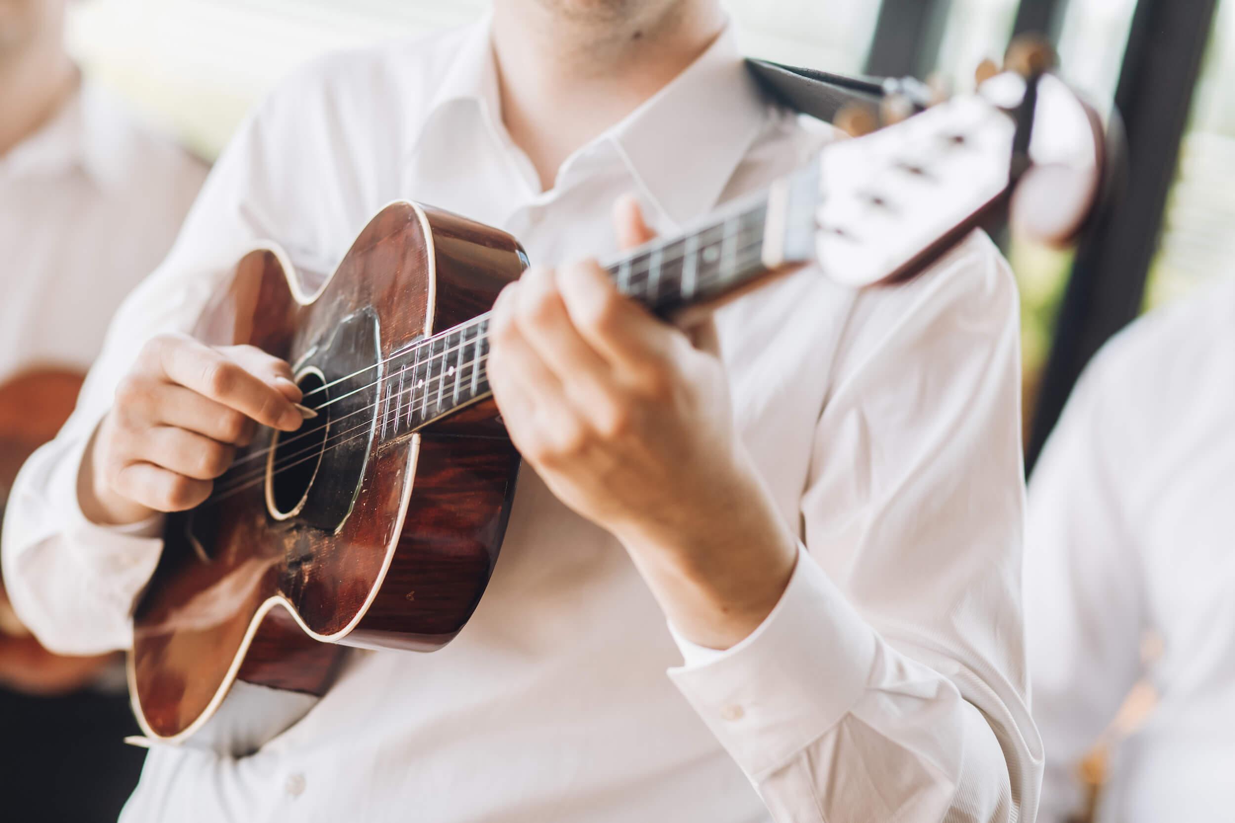Spiller akkorder på guitar