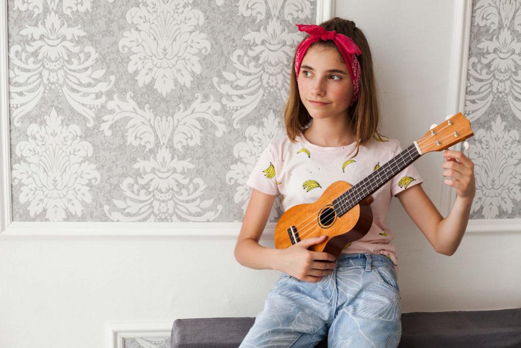 Kvinde hygger sig med sin ukulele