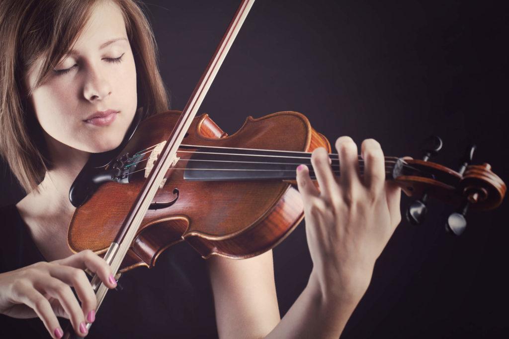 Kvinde spiller klassisk musik på violin