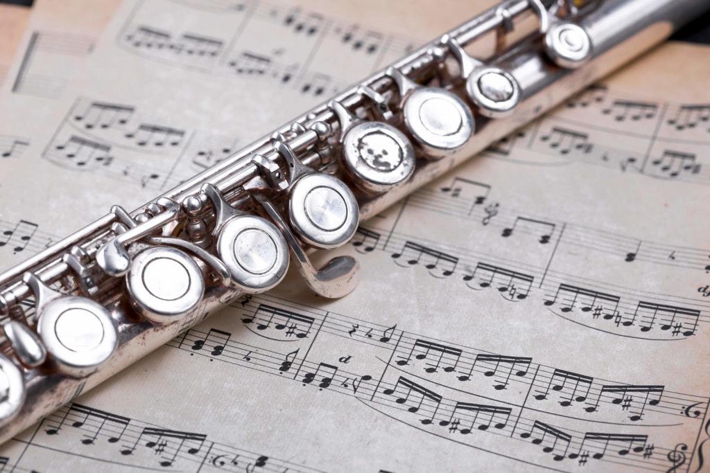 Nærbillede af en tværfløjte oven på nogle fløjtenoder