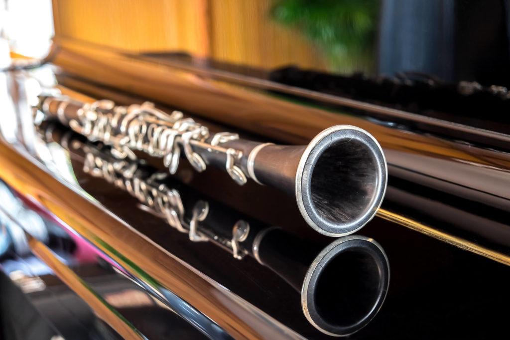 en klarinet ligger på et klaver klar til at spille